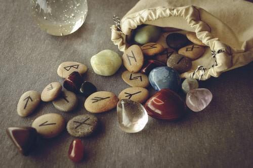 mon-avenir-voyance-fr-outils-divinatoires-runes